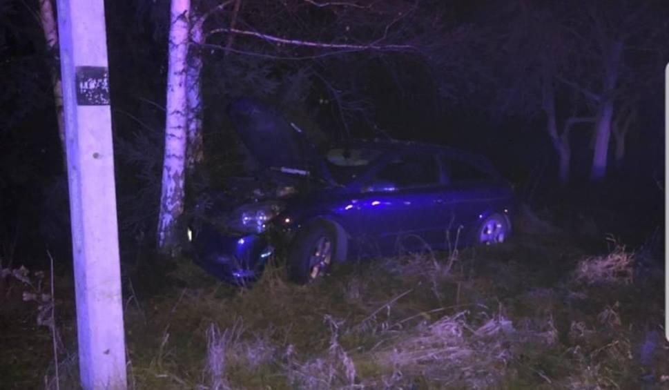 Film do artykułu: Wadowice. Samochód osobowy uderzył w słup energetyczny – kierowca został ranny