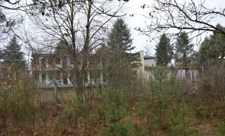 Ośrodek Borki nad Zalewem Sulejowskim przechodzi do historii. Trwa rozbiórka. Jak wygląda teraz, a jak w latach świetności? ZDJĘCIA