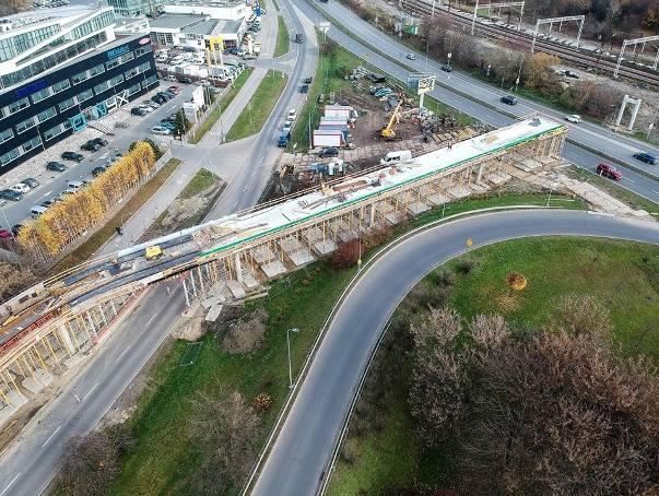 Kraków. Budowa nowej kładki dla rowerów. Niezwykłe zdjęcia z drona [GALERIA]