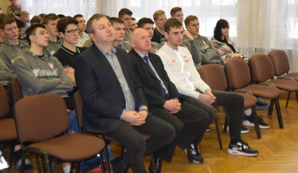 Film do artykułu: Bolesław oraz Aleksander Kossakowscy odwiedzili Zespół Szkół Ponadgimnazjalnych w Kielcach (ZDJĘCIA)
