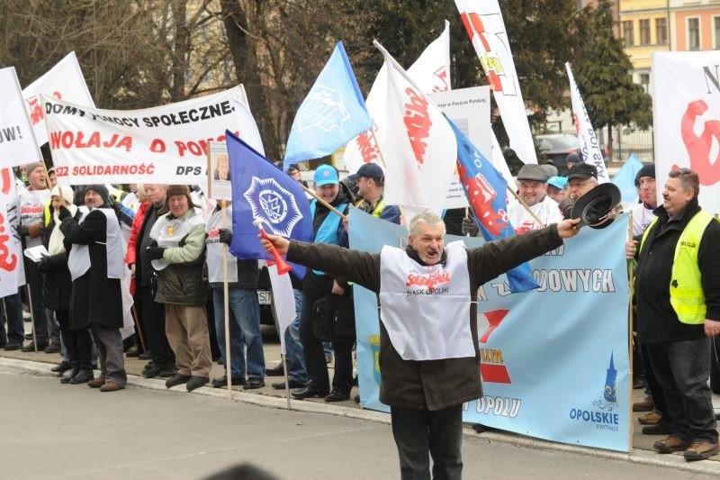 Dzisiejsza pikieta Opolan była głosem poparcia dla strajku generalnego, który przeprowadzili związkowcy na Górnym Śląsku.