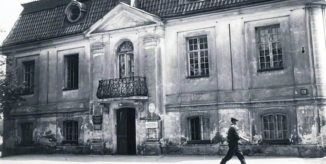 Pałacyk Gościnny w 1960 r. Oprócz Muzeum był w tym czasie siedzibą Państwowej Orkiestry Symfonicznej i Caritasu. Ze zbiorów Muzeum Podlaskiego w Bia