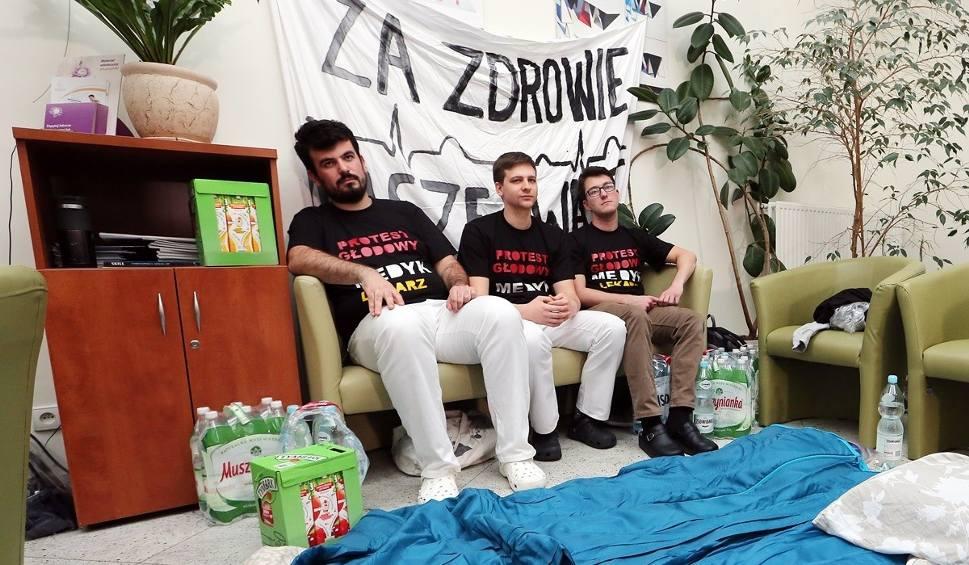 Film do artykułu: Siedmiu lekarzy w Szczecinie zaczęło protest głodowy