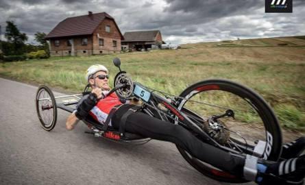 Kiedy niepełnosprawny kolarz trenował przed mistrzostwami świata, drogę zajechał mu samochód. Rozwścieczony kierowca kopniakiem zrzucił sportowca wraz