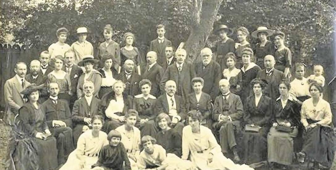 Klub Polski w Sarajewie, pożegnalne zdjęcie z 1919 roku. W drugim rzędzie od góry, z lewej strony siedzą bracia Władysław i Aleksander Glűckowie