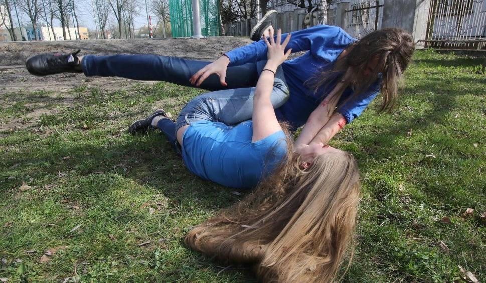 Film do artykułu: Bójka na bydgoskim Błoniu. - Pięciu mężczyzn zaatakowało kobietę i jej znajomych - opowiada świadek zdarzenia