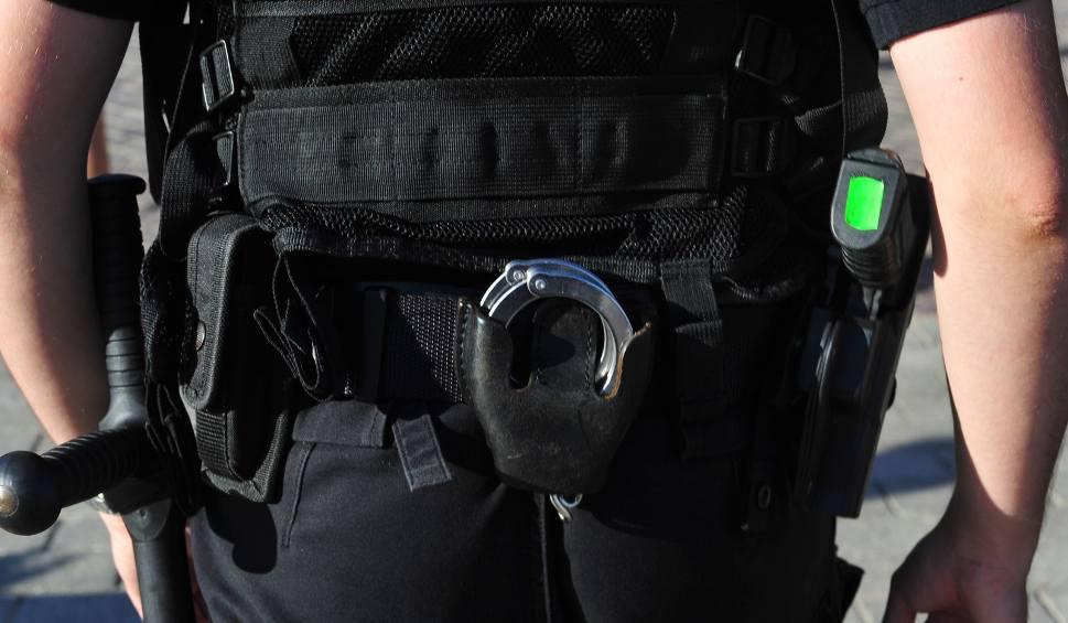 Film do artykułu: Policjanci bardzo ciężko pobici przez zawodnika sportów walki, zawodowego żołnierza. Są w szpitalu
