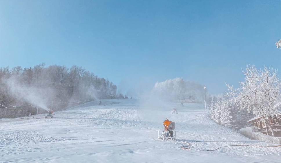 Film do artykułu: Szwajcaria Bałtowska już naśnieża stok. Kiedy pojeździmy na nartach? [WIDEO]