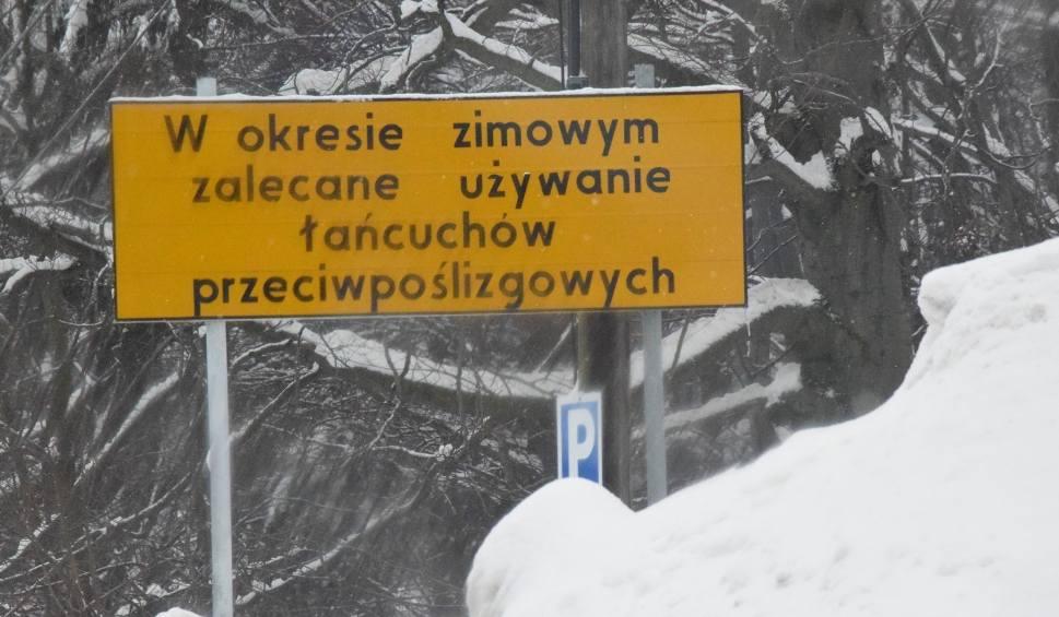 Film do artykułu: W Beskidach od kilku godzin pada śnieg. Na wielu górskich drogach występują utrudnienia, m.in. na Przełęczy Kubalonka