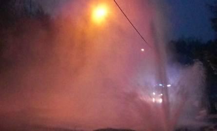 Fontanna wody na ulicy Krańcowej. Woda tryskała na wysokość kilku metrów.