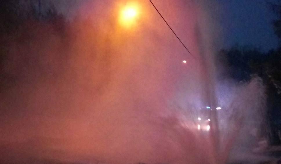 Film do artykułu: Awaria wodociągu w Starachowicach. Woda tryskała na wysokość kilku metrów