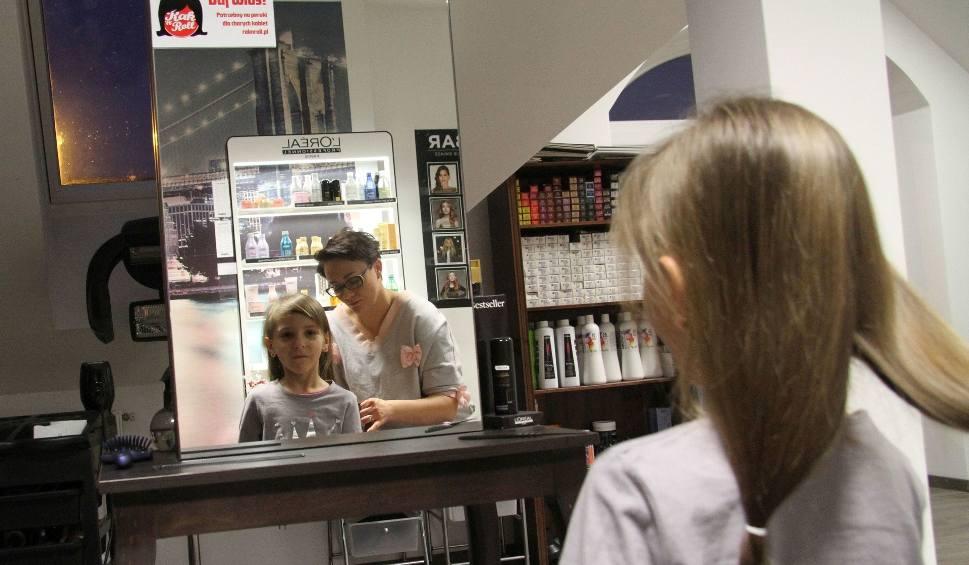 Film do artykułu: Coraz więcej osób w Tarnobrzegu zgadza się pozbyć włosów, żeby ktoś inny mógł się z nich cieszyć (zdjęcia)