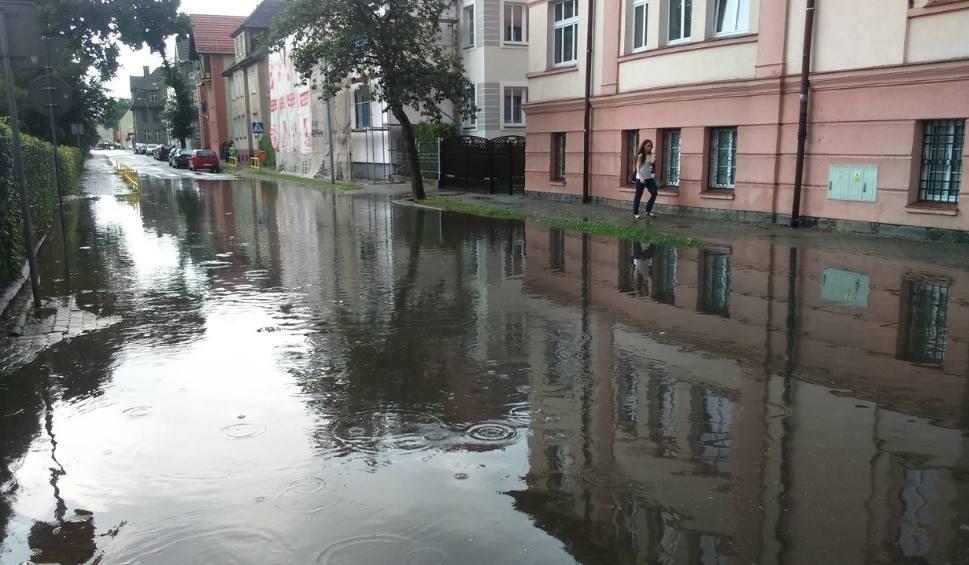 Film do artykułu: Ulewa nad Szczecinkiem. Strażacy walczą z podtopieniami