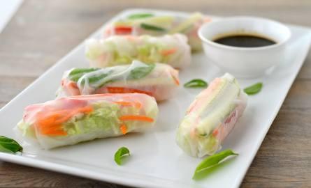 Spring rolls, czyli azjatycki przysmak, można przygotować na wiele sposobów.