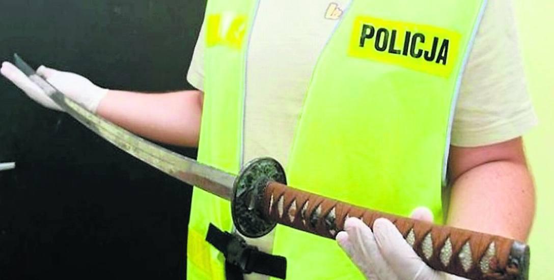 Z widłami na... policjanta. Szaleniec uzbrojony w miecz samurajski