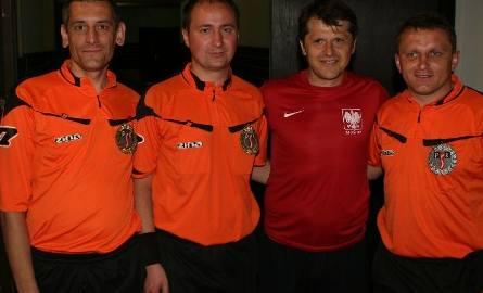 Z Cezarym Kucharskim pamiątkowe zdjęcie chcieli zrobić sobie nie tylko kibice, ale i arbitrzy, od lewej: Mariusz Antosz, Rafał Sawicki.