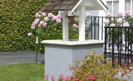 Studnia może być elementem dekoracyjnym w ogrodzie, ale może też być w pełni funkcjonalnym źródłem wody.