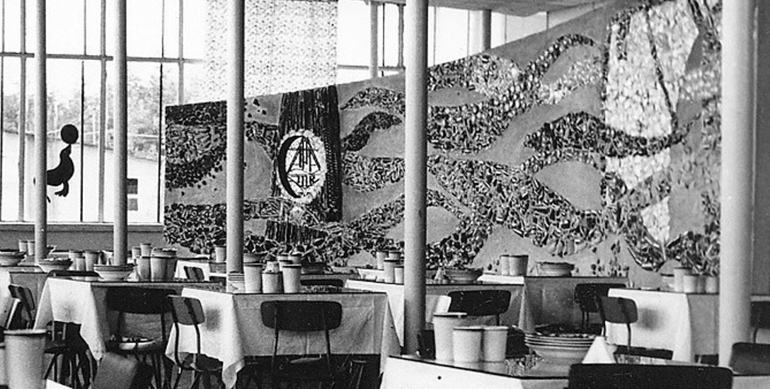 Stołówka zakładowego ośrodka wczasowego w Rowach. Ściana z mozaiką jest dziełem toruńskiego artysty i żeglarza Lecha Stapfa