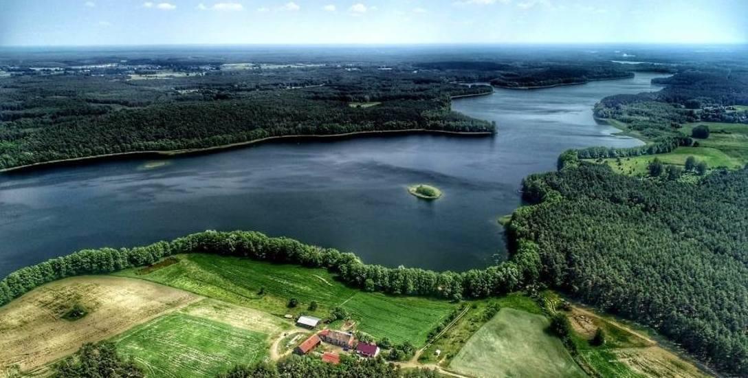 W niewielkiej gminie Pszczew jest aż 20 jezior, tworzących tzw. Rynnę Jezior Pszczewskich. Jedno z jezior – Kochle, sąsiaduje z letniskową wsią od wschodu,