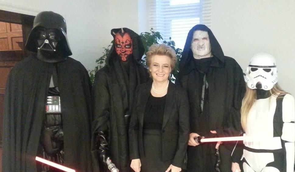 Film do artykułu: Gwiezdne Wojny w... Urzędzie Miasta Łodzi. Bohaterowie Star Wars odwiedzili prezydent miasta [FOTO]