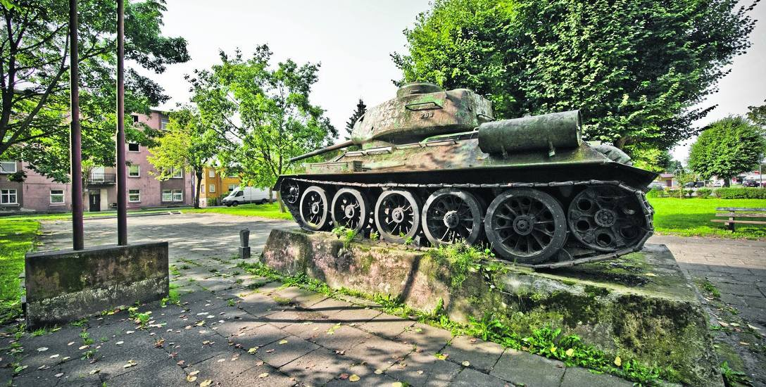 Obecnie czołg T-34 znajdujący się na skwerze przy ulicy Armii Krajowej obrasta mchem i różnego rodzaju roślinnością. Maszyna rdzewieje i straszy swoim