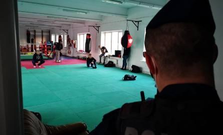 Mimo zakazu gromadzenia się kibice jednej z łódzkich drużyn piłkarskich spotkali się na treningu bokserskim. W klubie na Polesiu zorganizowano go dla