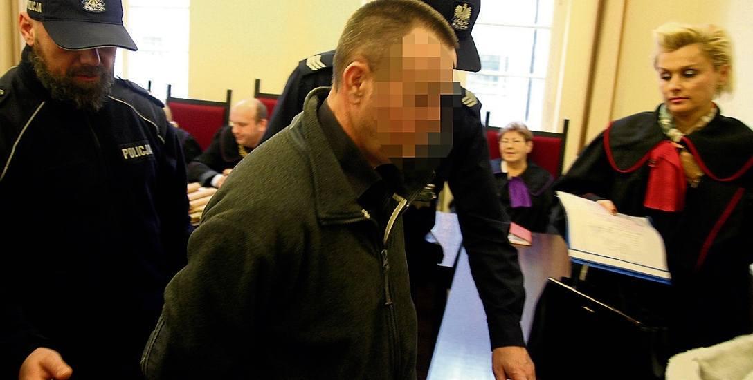 Stanisław D. do grudnia 2015 roku w areszcie spędził około trzech lat. Na zdjęciu zrobionym wówczas jest w kajdankach. Dziś odpowiada już z wolnej stopy,