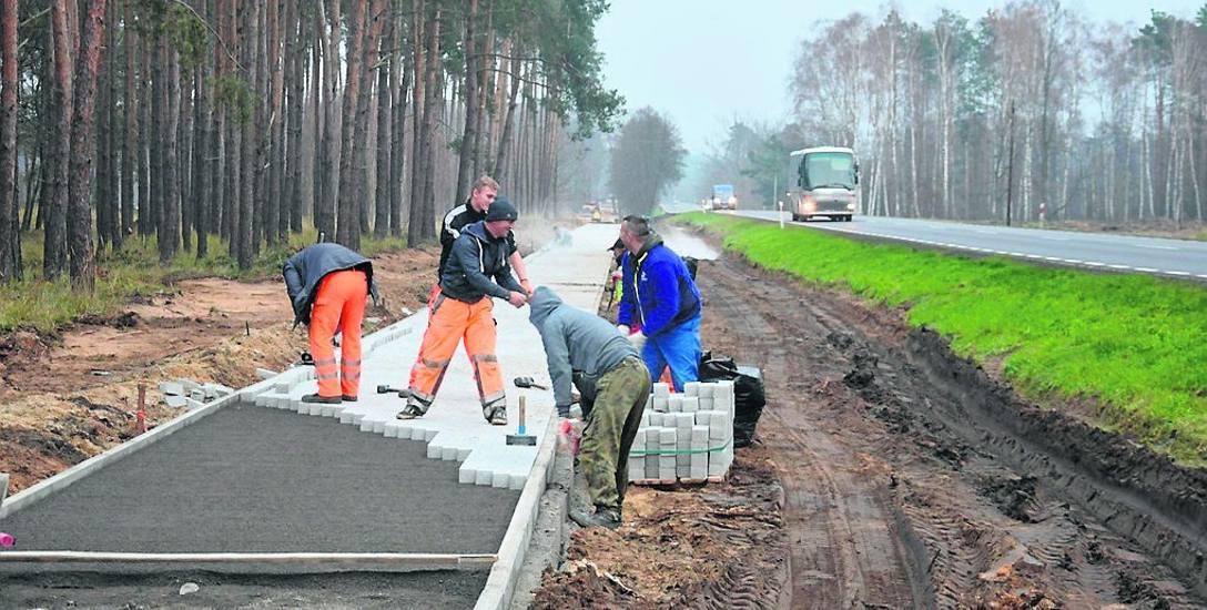 Trwają prace przy budowie ścieżki rowerowej z Chwalimia do Smolna Wielkiego. Natężenie ruchu jest w tym miejscu bardzo duże, dlatego mieszkańcy nie mogą