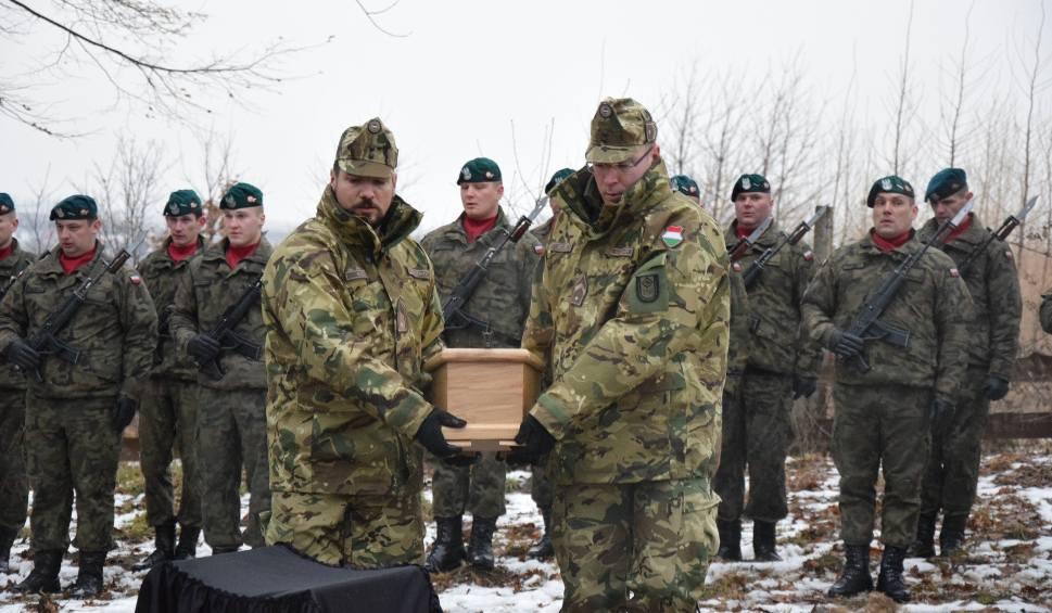 Film do artykułu: Węgierski żołnierz poległ 100 lat temu. Dzisiaj w Hnatkowicach koło Przemyśla został pochowany z honorami [ZDJĘCIA]