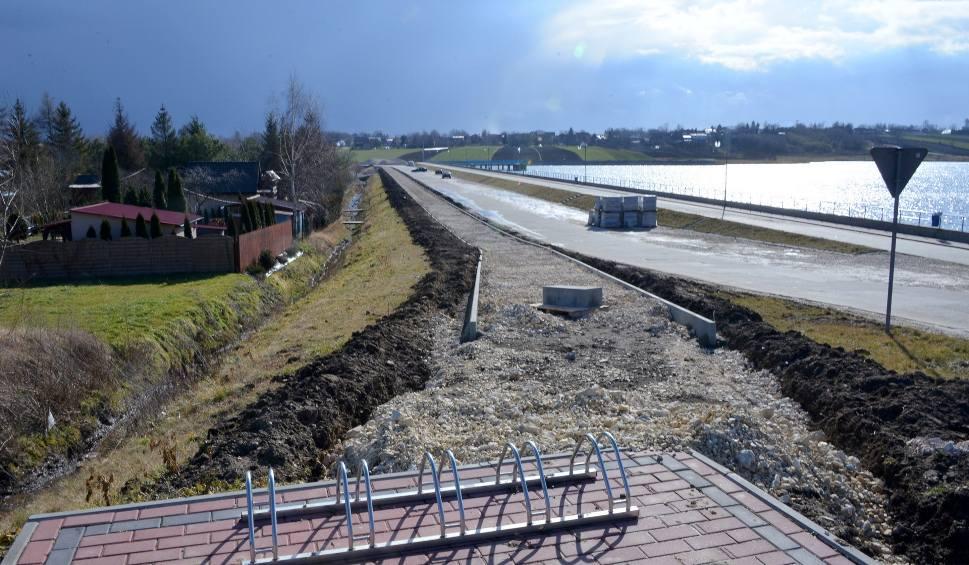 Film do artykułu: Pogoda sprzyja inwestycjom w Kazimierzy Wielkiej. Prace przy budowie ścieżki rowerowej kontynuowane (WIDEO)