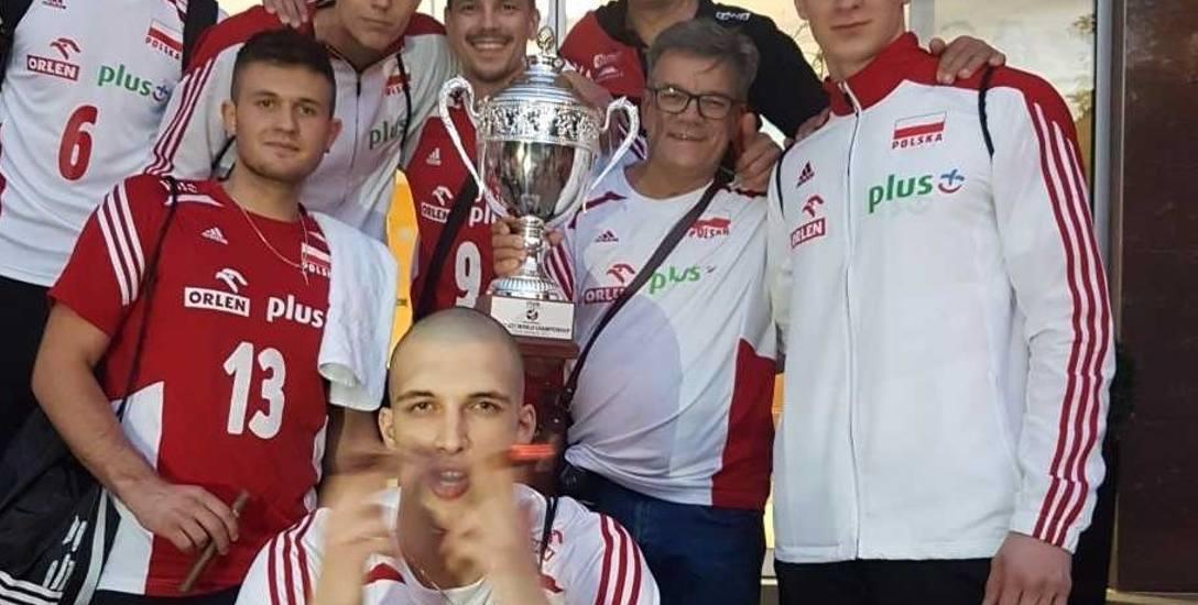 Andrzej Grzyb z pucharem z mistrzostw świata juniorów w Brnie i Młode Grzybki