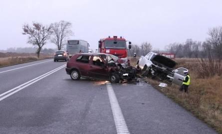55-letni kierowca pikapa tata na drodze krajowej nr 8 uderzył w jadącego w przeciwnym kierunku golfa. Kierowca volkswagena został przewieziony do sz