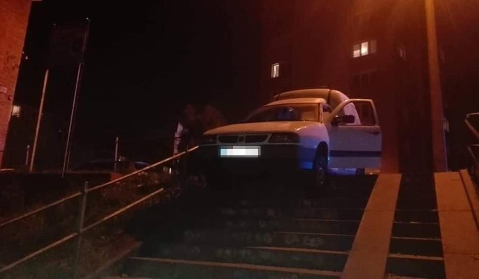 Film do artykułu: Pijany kierowca chciał zjechać ze schodów na Siedlcach w Gdańsku. Niemal rozjechał pięcioosobową rodzinę [zdjęcia, wideo]