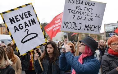 Pikieta przeciwko zaostrzeniu prawa aborcyjnego w Polsce odbyły się m.in. w kwietniu