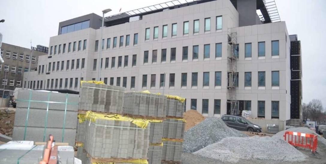 Trwa rozbudowa szpitala w Gnieźnie, ale nie wiadomo, czy wystarczy na nią pieniędzy.