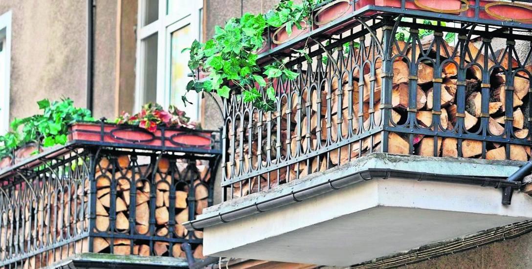 Sezonowanie drewna na balkonie to pomysł dla tych, którzy... korzystać z niego już nie zamierzają.