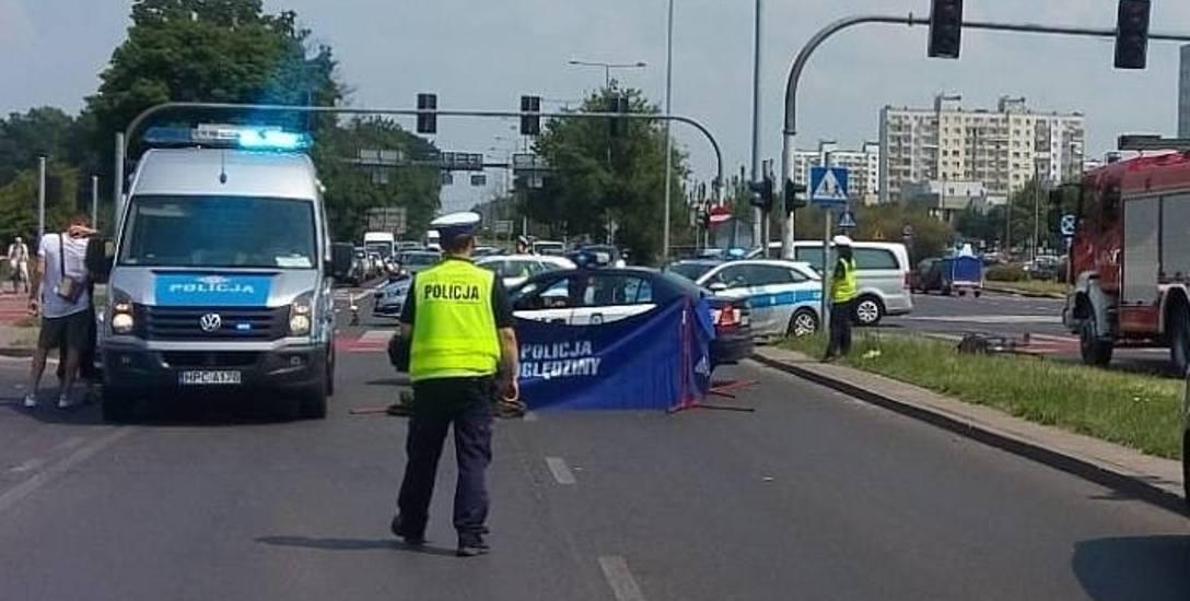 Słoneczna sobota, 2 czerwca 2018 roku, skrzyżowanie Szosy Lubickiej  i ul. Olsztyńskiej. Tutaj na czerwonym świetle wjechała 53-letnia rowerzystka. Uderzył