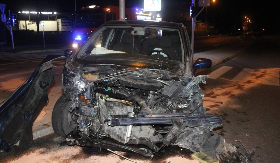 Film do artykułu: Wypadek na Trasie Górna. Zderzenie opla z fiatem na skrzyżowaniu z Demokratyczną [ZDJĘCIA]