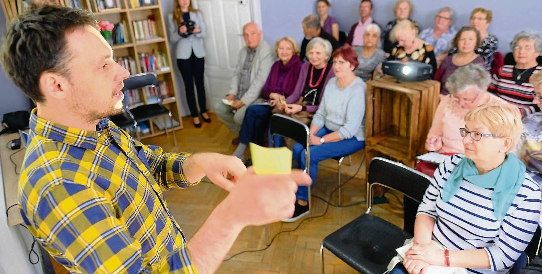 Dr hab. Łukasz Afeltowicz z Instytutu Socjologii UMK wyjaśnia seniorom, jak na świat patrzy socjolog i czym różni się jego spojrzenie na zjawiska we