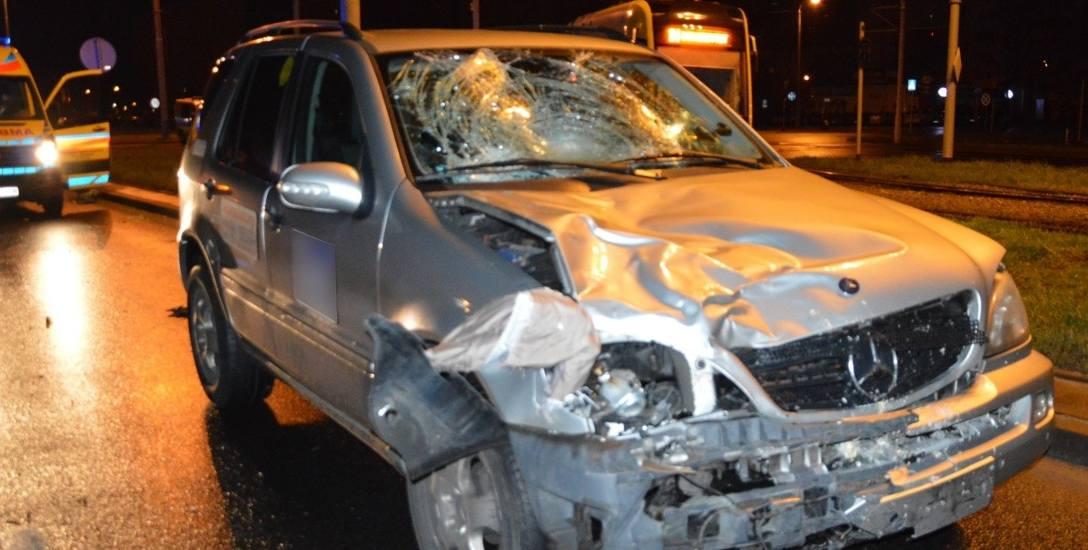 Dwoje pieszych nie miało tutaj  żadnych szans na przeżycie.  Uderzył w nich mercedesem taksówkarz.