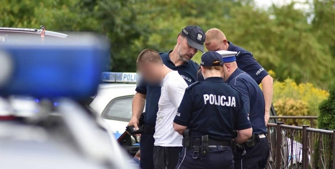 """W Kędzierzynie-Koźlu policja szukała kiboli, a ci prali się pod stadionem. Policjant: """"Bije się ponad 100 osób, nie ogarnę tego"""""""