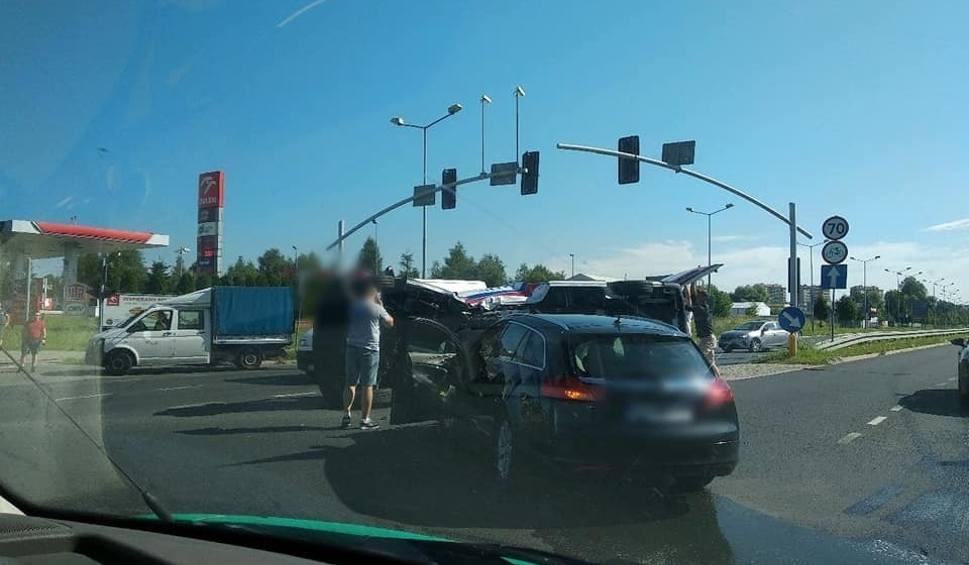 Film do artykułu: Wypadek karetki w Jaworznie. Zderzenie opla i karetki na skrzyżowaniu DK79 z ulicą Martyniaków