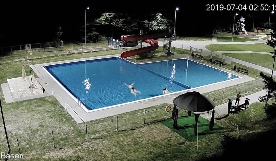"""Film do artykułu: Monitoring """"wyłapał"""" amatorów nocnej kąpieli w basenie w Iwoniczu-Zdroju [ZDJĘCIA]"""