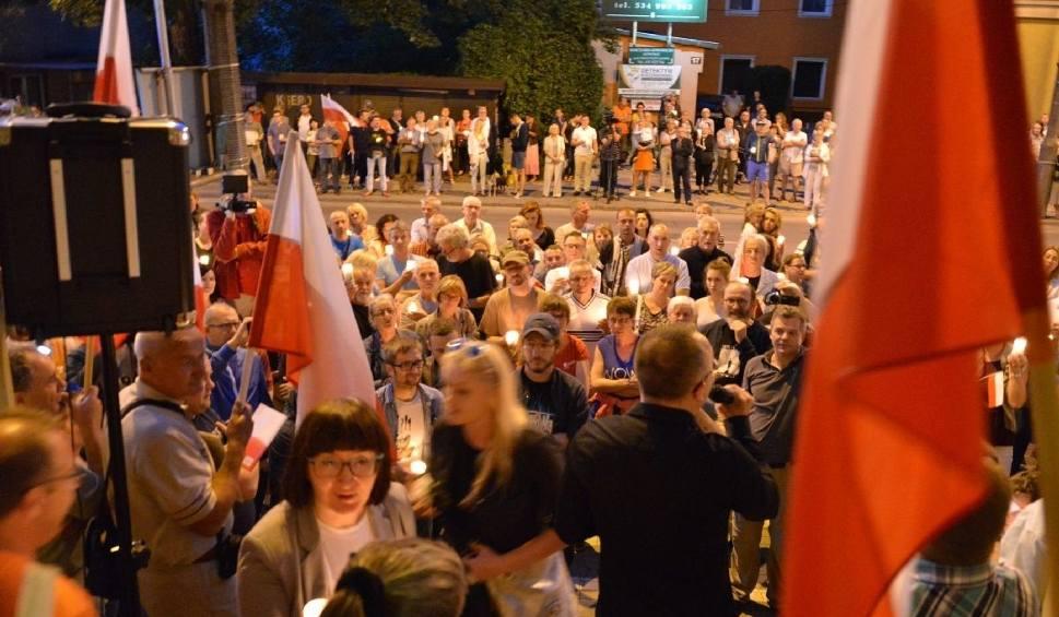 Film do artykułu: Kolejny wieczór protestów w Kielcach. Kielczanie chcą weta i wzywają do obalenia dyktatury