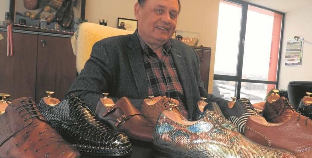 Henryk Konopka w swoim  gabinecie  otoczony jest butami. Te na stole zrobiono ze skóry egzotycznych zwierząt. Nie są tanie