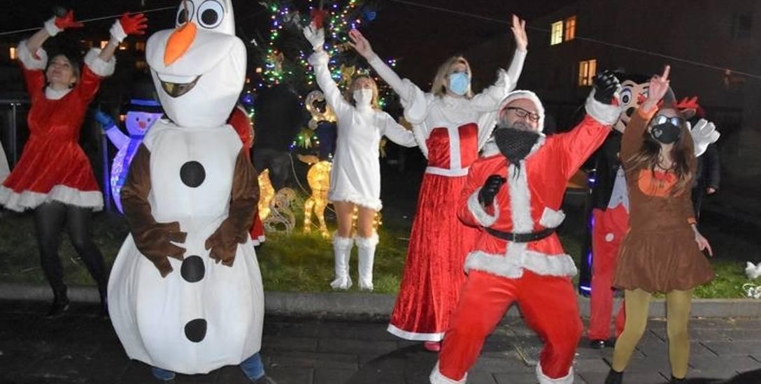 Jeszcze przed świętami Bożego Narodzenia wolontariusze Stowarzyszenia Łatwo Pomagać przygotowali układ taneczny. Kolędy zabrzmiały pod szpitalem Jurasza