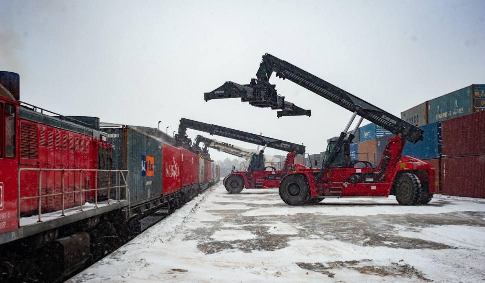Film do artykułu: Dwa pociągi z Chin pełne sprzętu medycznego przyjechały do Polski. To wielki transport na zlecenie firmy Zarys z Zabrza