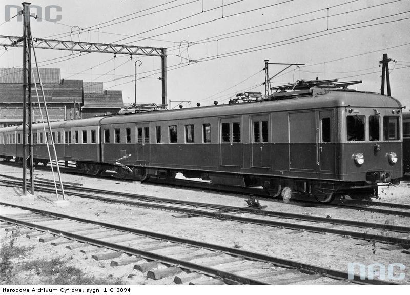 Elektryczny pociąg podmiejski warszawskiego węzła kolejowego.