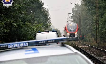 Śmiertelny wypadek na torach koło Koluszek. Policja ustala tożsamość zmarłego [ZDJĘCIA]