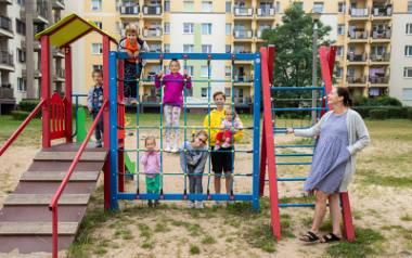 Pani Basia wyszła na plac zabaw z gromadką. To jeszcze nie wszyscy. Jest ich więcej - mama, tata, 9 dzieci i następne w drodze